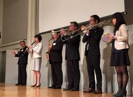 今年初めての試み♪吹奏楽部OBによる生黌歌演奏!