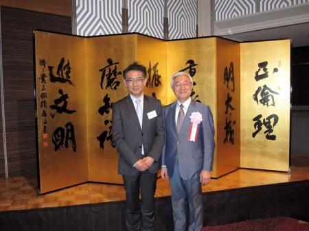 三綱領屏風を書かれた高見広宣さん(S57卒)と太田先生(S47)